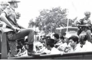 Bale Banjar Dusun Tojan Pada Suatu Siang di Bulan Oktober 1965