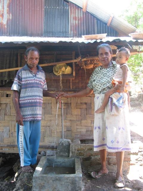 Desa Mawar Menikmati Air Minum